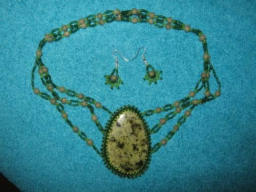 """Колье  """"Лесная нимфа """".  Камень: змеевик Материалы: бусины змеевика, бисер ктайский 2 цвета, металлическая застежка."""